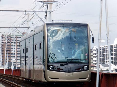 【阪堺】新型低床式車両「堺トラム」日中に試運転