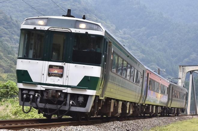 【JR四】国鉄色キハ185系+アイランドエクスプレス四国II高知・鳴門エクスプレス号