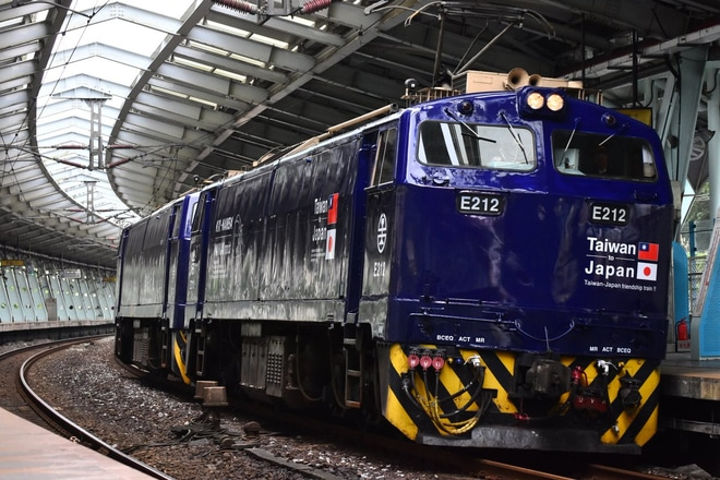 【台鉄】E212、E213が南海ラピート塗装に